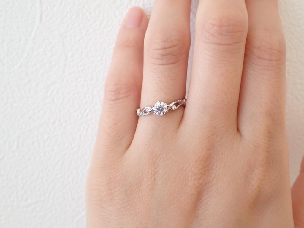 サイドのラインに注目!婚約指輪