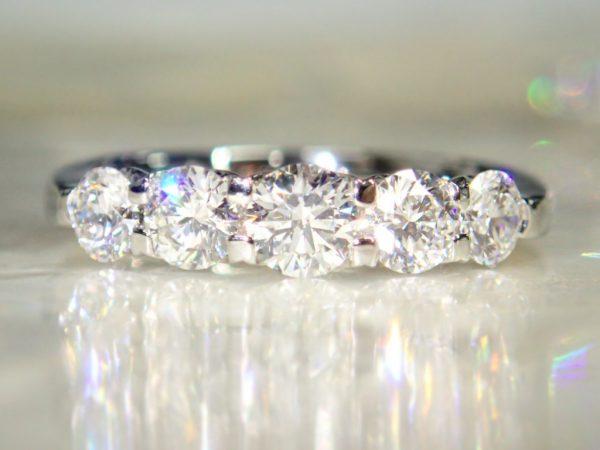 ダイヤモンド一文字リングとハートシェイプの重ね着けでゴージャスに☆