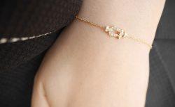 フォース10の華奢なゴールドブレスで手元を華やかに!