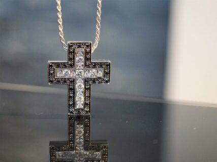 ダミアーニの新色のクロスが首元で映える!