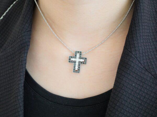 ダミアーニの新色のクロスが首元で映える! ファッションジュエリー ダミアーニ メンズジュエリー
